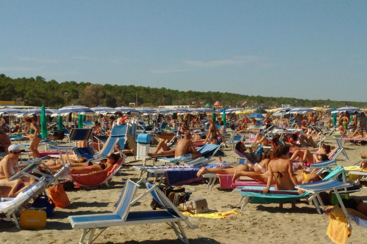 Spiaggia con lettini affollata